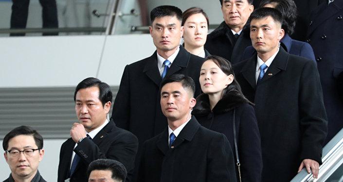 كيم يو جونغ شقيقة زعيم كوريا الشمالية كيم جونغ أون لحظة وصولها مطار كوريا الجنوبية من أجل حضور دورة الألعاب الأوليمبية الشتوية في 9 فبراير/شباط 2018