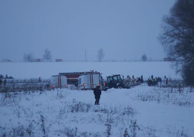 فرق الانقاذ في مكان سقوط الطائرة الروسية