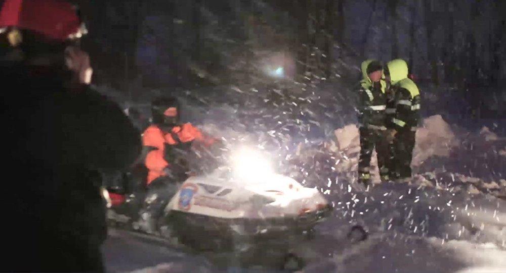 فرق الانقاذ تعمل في مكان تحطم الطائرة إن-148 الروسية