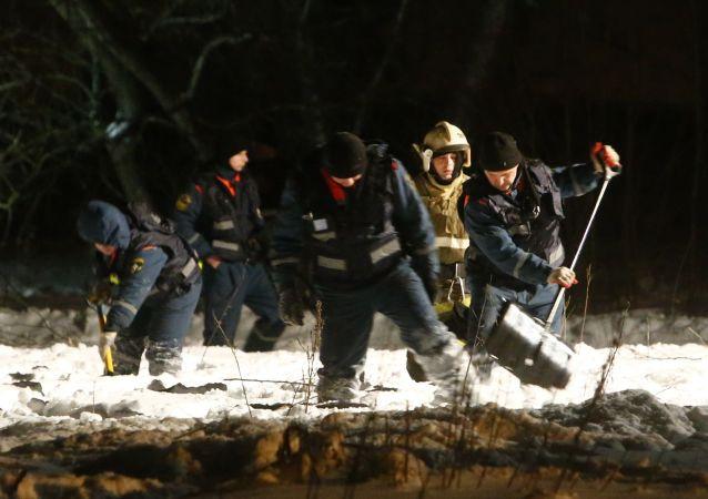 حادثة سقوط الطائرة الروسية أن-148 - فريق البحث في موقع الحادثة في حي رامينسكي بضواحي موسكو