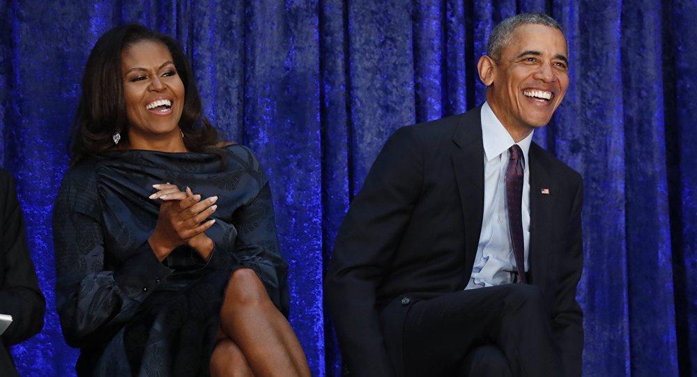 الرئيس الأمريكي السابق أوباما والسيدة الأولى ميشيل أوباما يجلسان معا قبل عرض صورهما في معرض الصور الوطني سميثسونيان في واشنطن