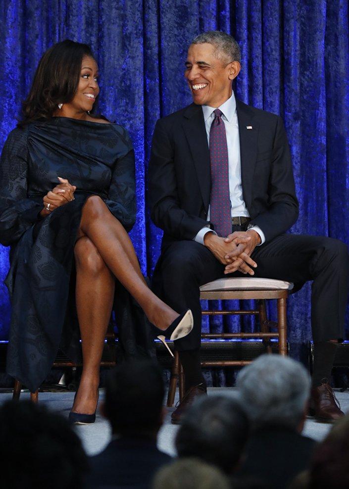 الرئيس الأمريكي السابق أوباما والسيدة الأولى ميشيل أوباما يقفان أمام صورهما خلال حفل الكشف عن معرض سميثسونيان الوطني في بورترايت في واشنطن