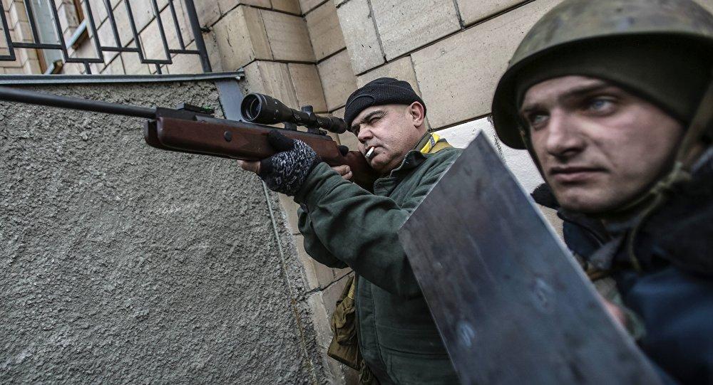قناصة في يد أحد المتظاهرين وسط ساحة ميدان في العاصمة الأوزكرانية كييف، 20 فبراير/شباط 2014