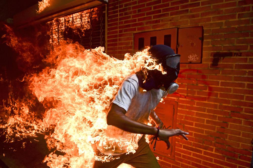 مسابقة صورة الصحافة العالمية لعام 2018 - صورة بعنوان أزمة فنزويلا للمصور رونالدو شيميدت، في فئة التصوير صورة الصحافة العالمية لهذا العام