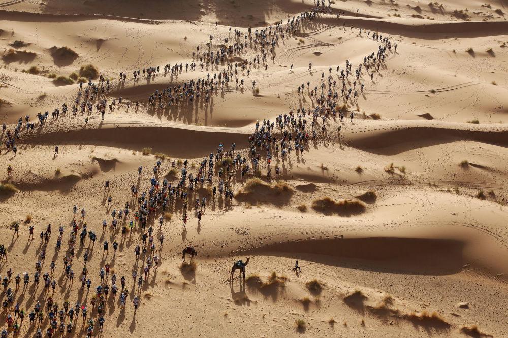 مسابقة صورة الصحافة العالمية لعام 2018 - صورة بعنوان ماراثون الرمال للمصور إريك، في فئة التصوير أخبار الرياضة الفردية