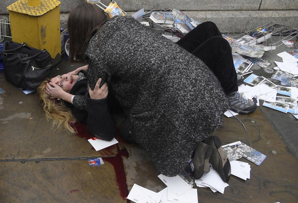 مسابقة صورة الصحافة العالمية لعام 2018 - صورة بعنوان شهود على ما بعد الهجوم في قلب لندن للمصور توبي ميلفيل، في فئة التصوير صورة الصحافة العالمية لهذا العام