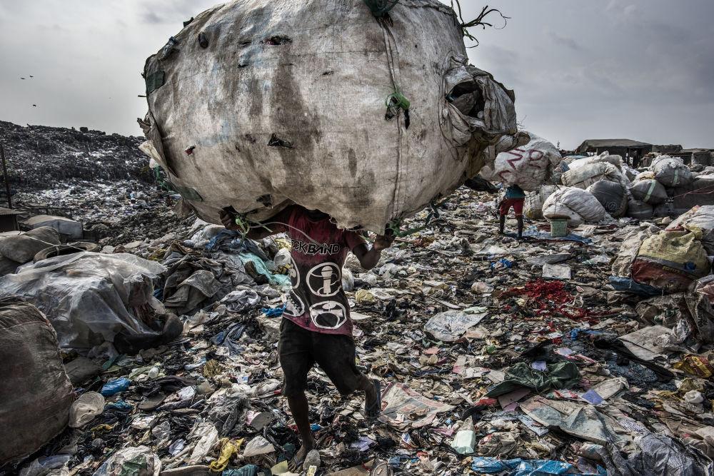 مسابقة صورة الصحافة العالمية لعام 2018 - صورة بعنوان أرض الخراب للمصور كادر فان لوهويزن، في فئة التصوير أخبار البيئة