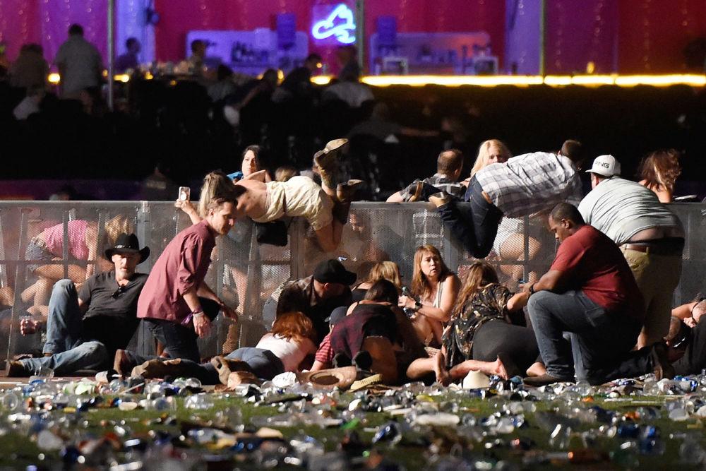 مسابقة صورة الصحافة العالمية لعام 2018 - صورة بعنوان مجزرة في لاس فيغاس للمصور دافيد بيكير، في فئة تغطية إخبارية للحدث