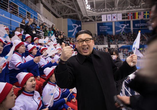 رجل بمظهر الزعيم الكوري الشمالي كيم جونغ أون خلال مباراة الهوكي بين كوريا واليابان، أولمبياد كوريا الجنوبية، 14 فبراير/ شباط 2018