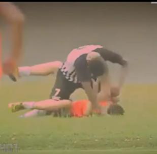 لاعب من نادي رياضي برازيلي يضرب مشجعا فرح بهدف للفريق الآخر
