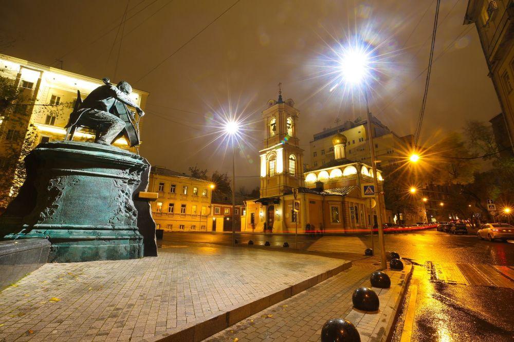 كتدرائية وتمثال في شارع موسكو