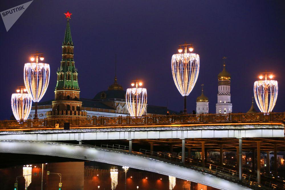 إضاءة جسر بولشوي كاميني في موسكو