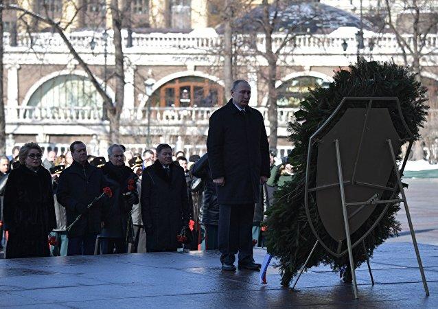 بوتين يضع إكليلا من الزهور على قبر الجندي المجهول في موسكو