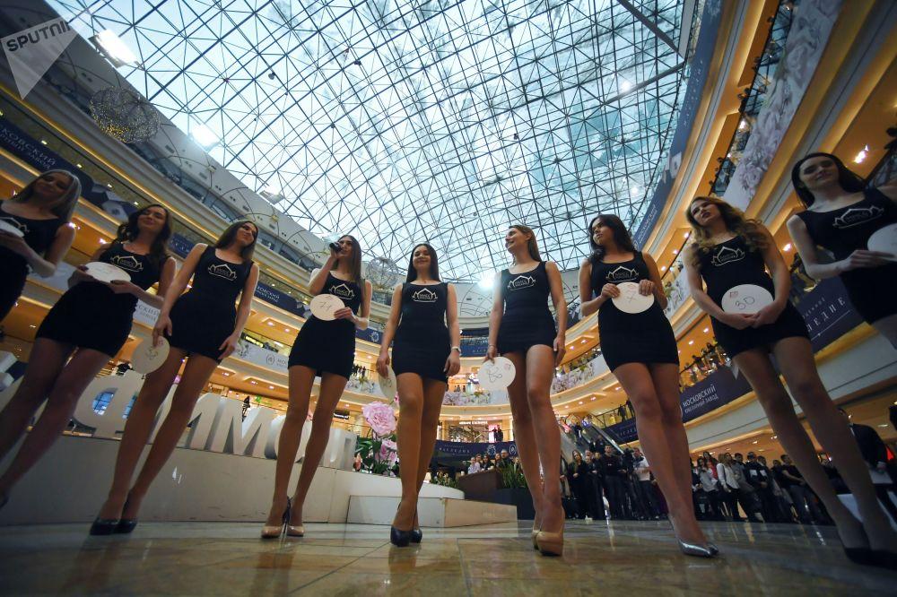 الراغبات في المشاركة في مسابقة ملكة جمال روسيا في المركز التجاري أفيمول سينتر في موسكو