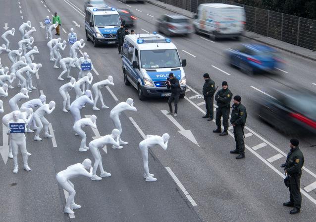 ناشطون من حركة منظمة السلام (غرينبيس) أزياء بيضاء في فعالية احتجاجية ضد التلوث البيئي والصحي بجسيمات الديزل في شتوتغارت بجنوب ألمانيا 19 فبراير/ شباط 2018