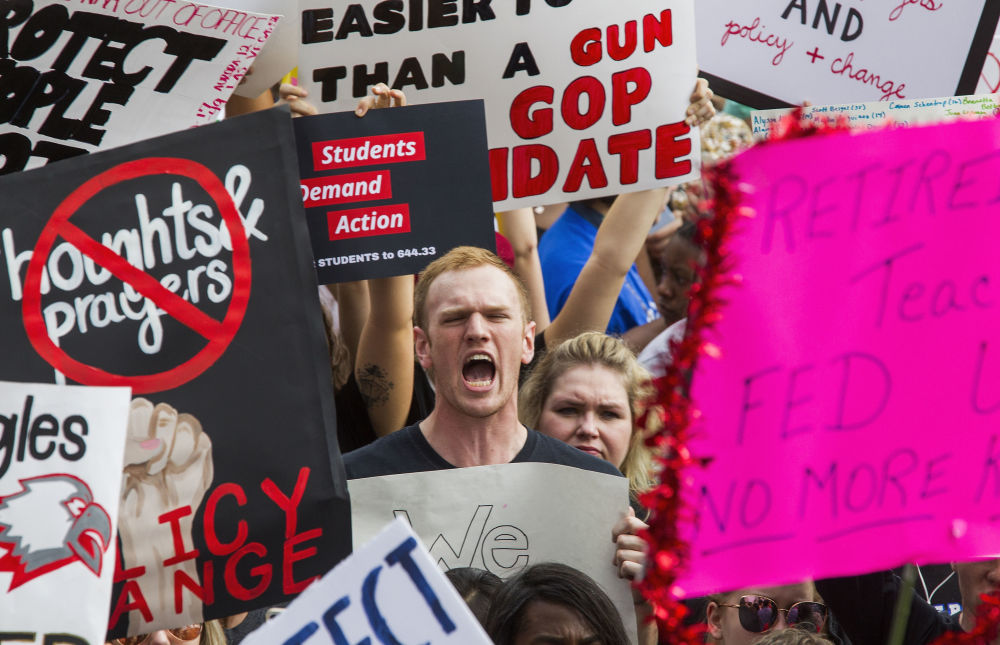طلاب مدارس يخرجون في مظاهرة احتجاجا على حادثة اطلاق النار في المدرسة الثانوية ستون مان دوغلاس في فلوريدا، الولايات المتحدة 21 فبراير/ شباط 2018