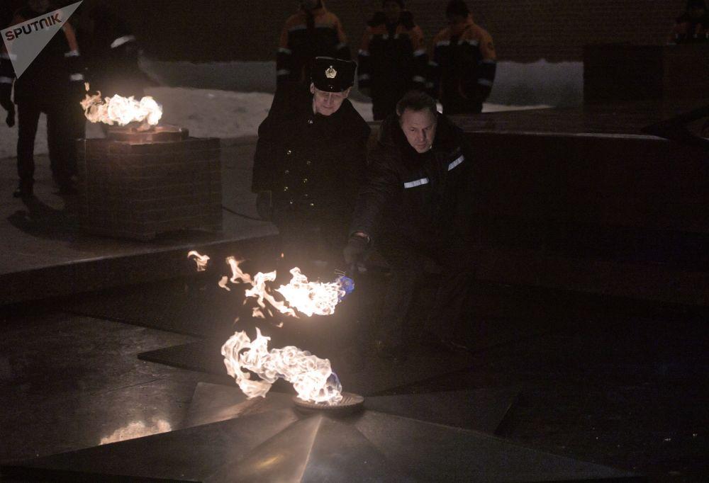 النار الخالدة عند قبر الجندي المجهول في حديقة ألكسندر عشية عيد حماة الوطن، روسيا