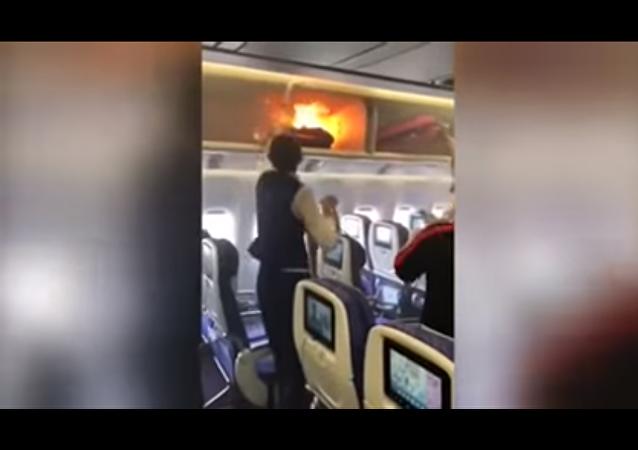 ركاب طائرة مدنية يخمدون حريق نشب على متنها