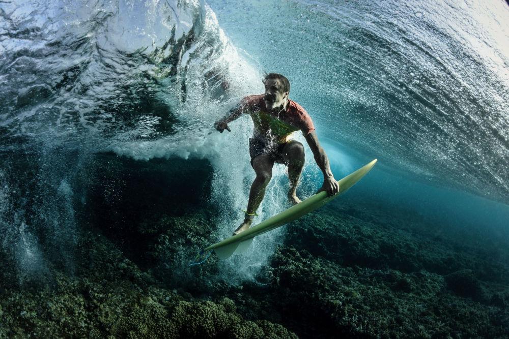 مسابقة صور تحت الماء لعام 2018 - صورة في المرتبة الثالثة Under The Wave للمصور الأمريكي روندي بورسيل، في فئة  Portrait
