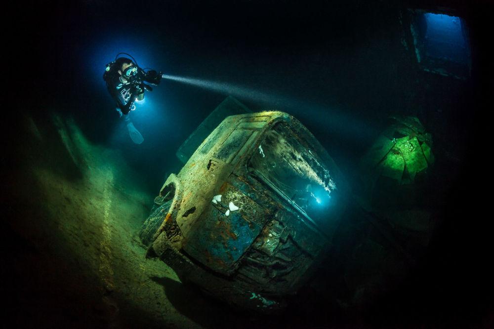مسابقة صور تحت الماء لعام 2018 - صورة في المرتبة الثالثة  TRUCK-NOBIA  للمصور الألماني توبياس فريدريخ، في فئة Wrecks