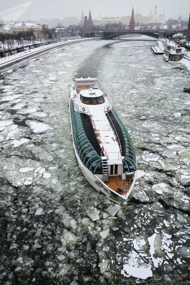 مركب سياحي راديسون على خلفية الكرملين ونهر موسكو المغطى بالجليد