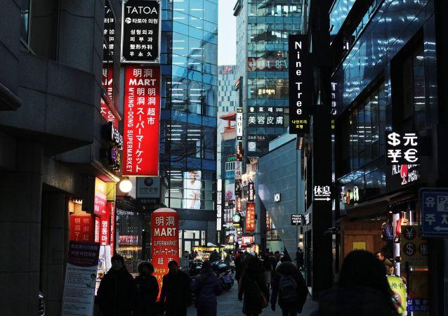 في إحدى شوارع مدينة سئول، كوريا الجنوبية