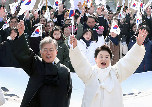 رئيس كوريا الجنوبية وزوجته، في أثناء الاحتفال بعيد الاستقلال، 1مارس/ أذار 2018
