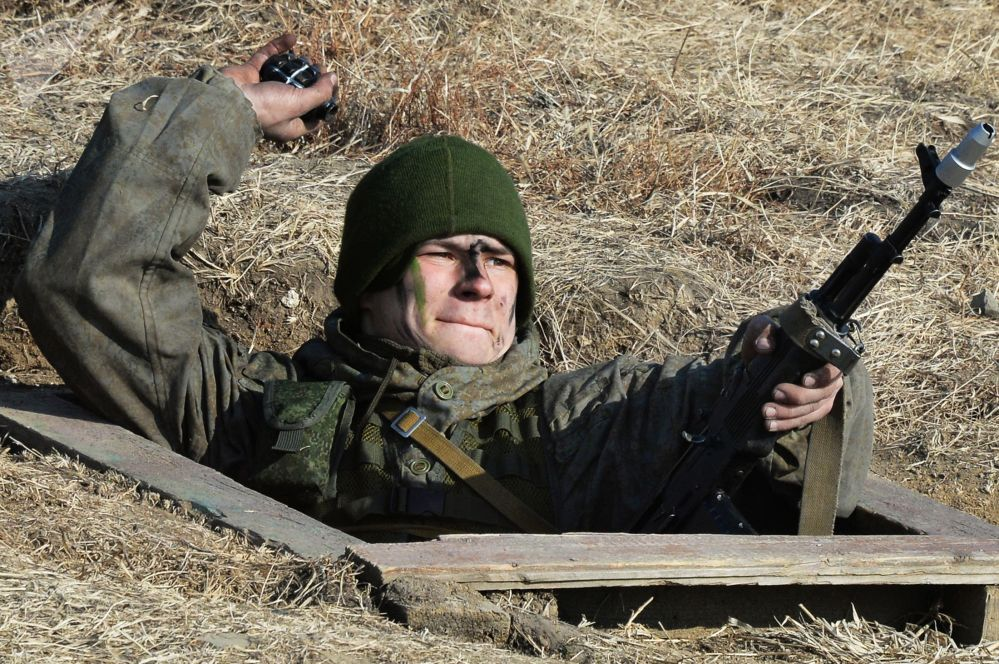طلاب كلية القيادة العسكرية باسم مارشال الاتحاد السوفيتي ك. ك. روكوسوفسكي، خلال سباق متفوق الاستطلاع العسكري في الحقل العسكري سيرغييفسكي في إقليم بريموسكي، في الشرق الأقصى لروسيا