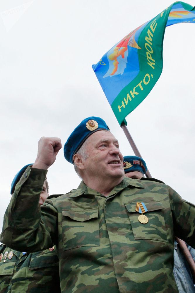 زعيم الحزب الديموقراطي الليبرالي الروسي، فلاديمير جيرينوفسكي يشارك في احتفالات عيد قوات الإنزال الجوي في موسكو