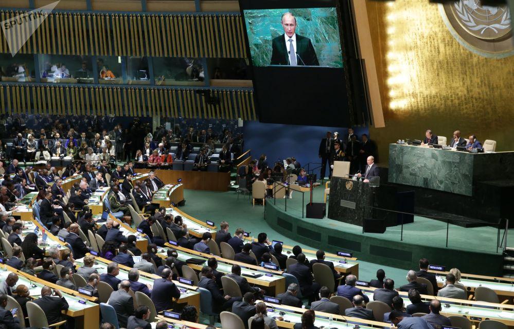 الرئيس فلاديمير بوتين أثناء الخطاب في الجلسة العامة للدورة الـ 70 للجمعية العامة للأمم المتحدة في نيويورك، عام 2015