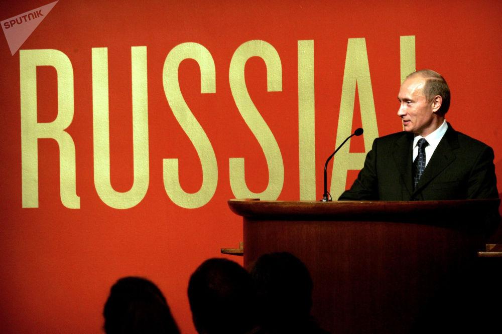 الرئيس فلاديمير بوتين خلال الحفل الافتتاحي لمعرض روسيا! في متحف غاغينهايم بمانهاتن في مدينة نيويورك، عام 2005