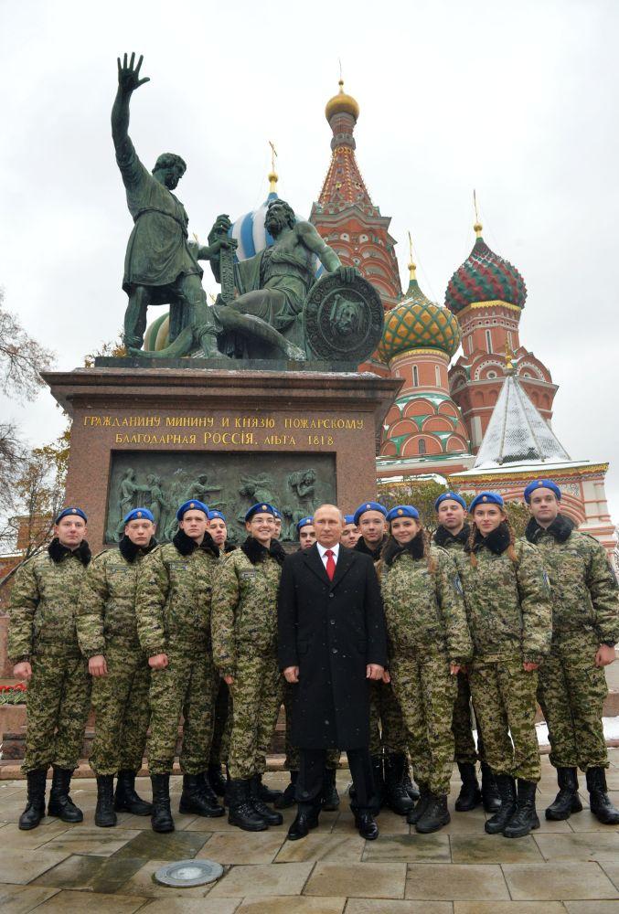 الرئيس فلاديمير بوتين خلال وضع أكليل الزهور أمام تمثال كوزما مينين ودميتري بوجارسكي في يوم روسيا الموحدة