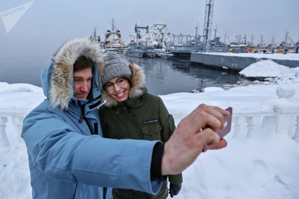 كسينيا سوبتشياك، مرشحة من الحزب السياسي المبادرة المدنية لانتخابات الرئاسة الروسية وعضو حملتها الانتخابية أنطون كراسوفسكي في مدينة سيفيرومورسك في منطقة مورمانسكايا أوبلاست