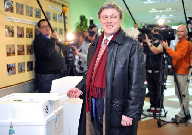 غريغوري يافلينسكي، زعيم حزب يابلوكو (التفاح) في أحد مراكز الاقتراع بمدينة موسكو، أثناء مشاركته في التصويت في انتخابات نواب مجلس الدوما الروسي