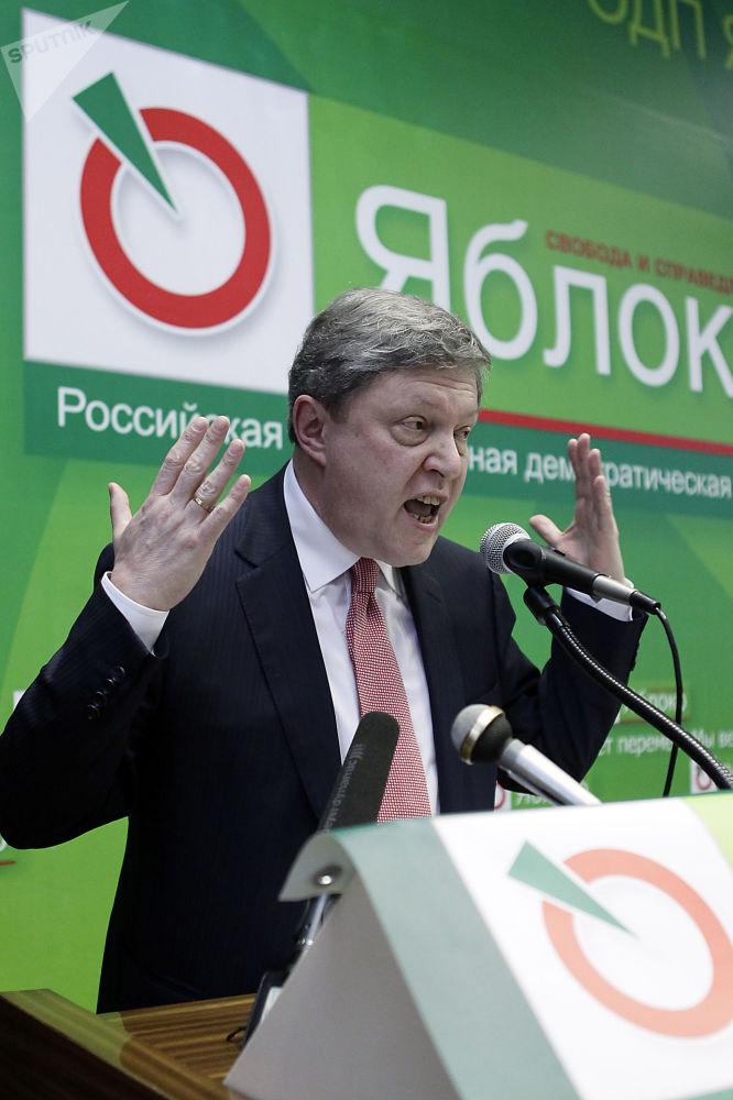غريغوري يافلينسكي، قائد حزب يابلوكو (التفاح)، ومرشح من الحزب للانتخابات الرئاسة الروسية لعام 2018، أثناء الدورة الثانية للجلسة الـ 16 للحزب في ضواحي موسكو