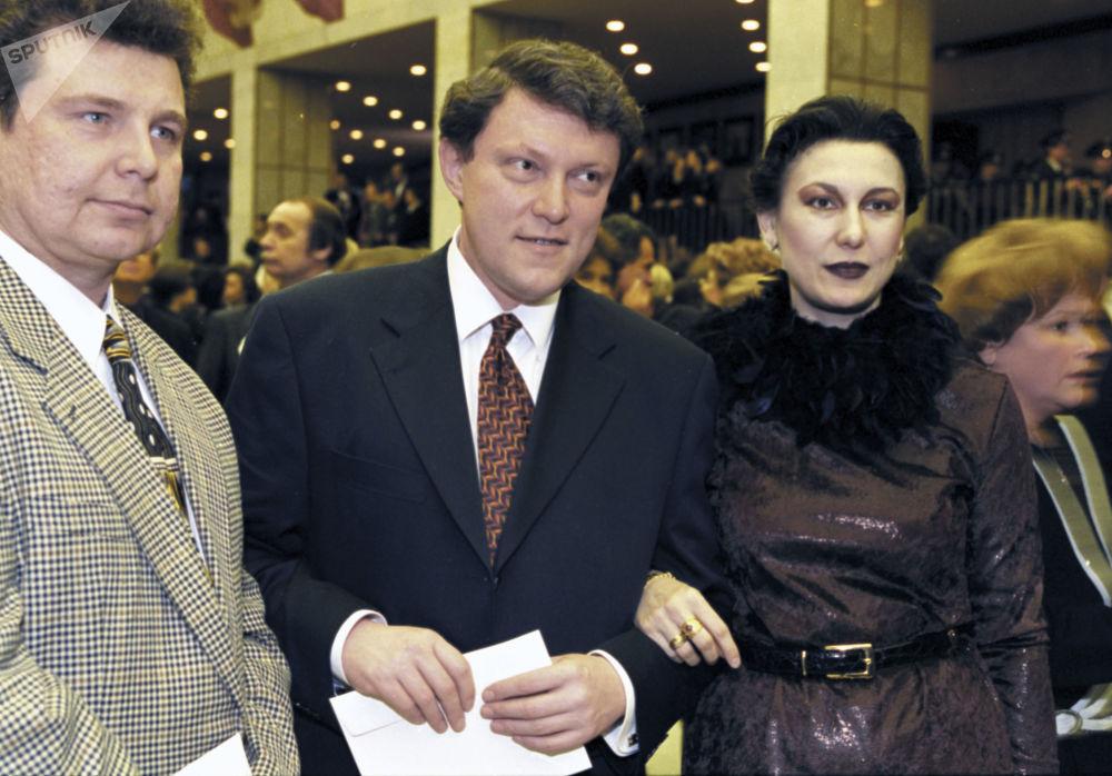 غريغوري يافلينسكي، زعيم حزب يابلوكو (التفاح)، خلال حفل العرض الأول لفيلم المخرج نيكيتا ميخالكوف سيبيرسكي تسيريولنيك، عام 1999