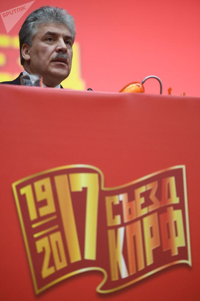 بافيل غرودينين مرشح لانتخبات الرئاسة الروسية لعام 2018 من الحزب الشيوعي، مدير مزرعة سوفخوز بإسم لينين أثناء الجلسة الـ 17 للحزب