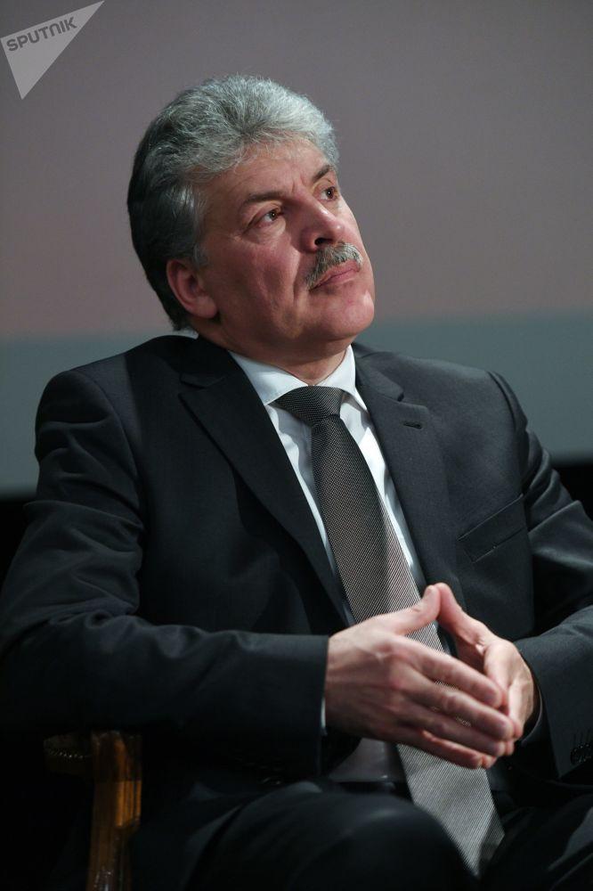 بافيل غرودينين مرشح لانتخبات الرئاسة الروسية لعام 2018 خلال الاجتماع مع ممثلين لدي جمهور الناخبين