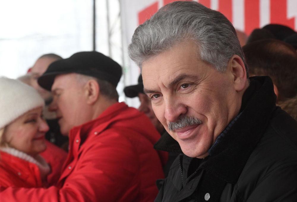 بافيل غرودينين، مرشح لمنصب رئاسة الدولة من قبل الحزب الشيوعي، خلال تظاهرة احتجاجية مع العدالة الاجتماعية في موسكو