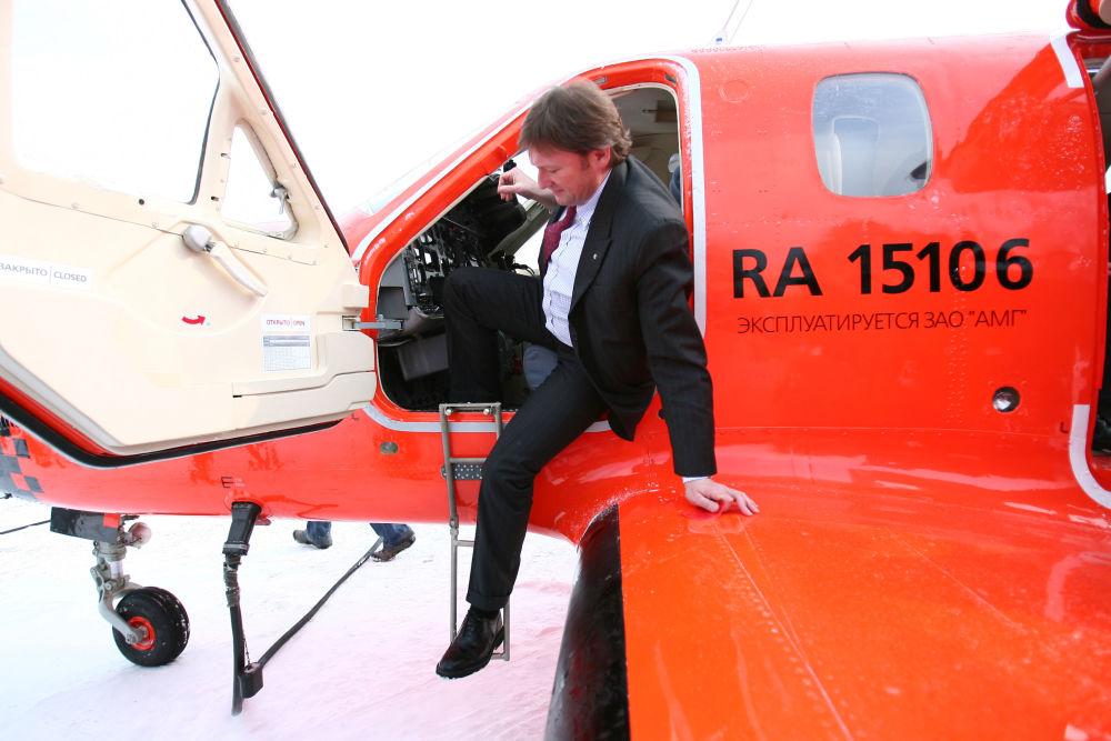 بوريس تيتوف زعيم الحزب السياسي حزب النمو، ورئيس المنظمة الاجتماعية ديلوفايا روسيا (روسيا الأعمال)، ومرشح للانتخابات الرئاسية الروسية لعام 2018، يتفقد قمرة قيادة طائرة أجرة الحديثة М101Т  لشركة طيران Dexter