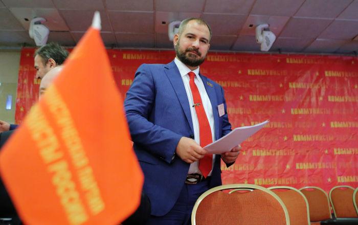 مكسيم سورايكين خلال مؤتمر لحزب شيوعيو روسيا، حيث تم التوصيت والموافقة على ترشحه للانتخابات الرئاسية الروسية لعام 2018