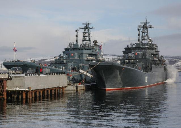 عودة سفينة الإنزال ألكسندر أوتراكوفسكي إلى ميناء مدينة سيفرمورسك