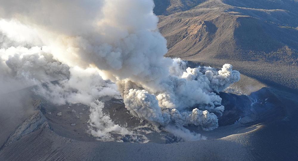 بركان شينمويداكي النشط  الواقع بين محافظتي ميازاكي و كاجوشيما، جنوب غرب اليابان
