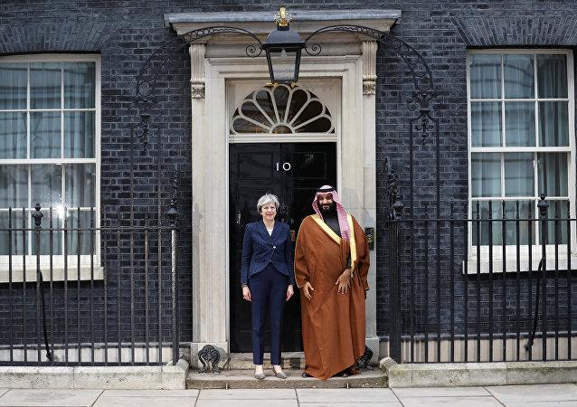 رئيسة الوزراء البريطانية وولي العهد السعودي أمام مقر رئاسة الوزراء في لندن، 7 مارس/ آذار 2018