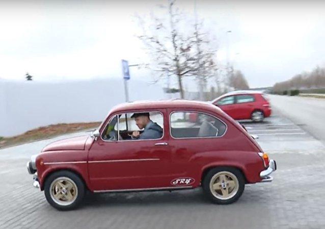 راموس بسيارة قديمة
