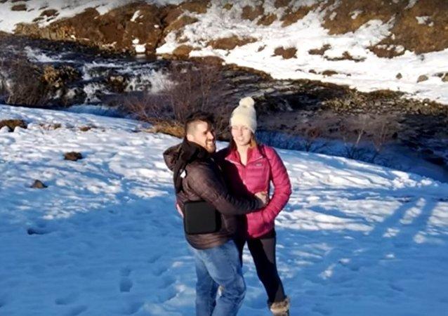 شاب من آيسلندا يحاول التقدم لخطبة حبيبته بواسطة طائرة درون
