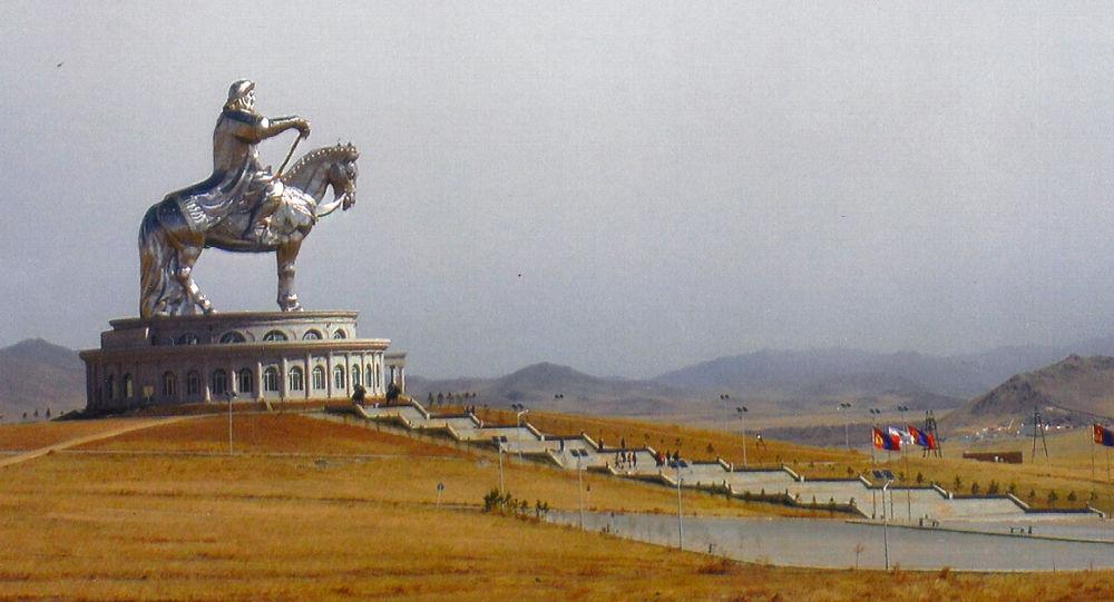 تمثال لتشنكيز خان في منغوليا