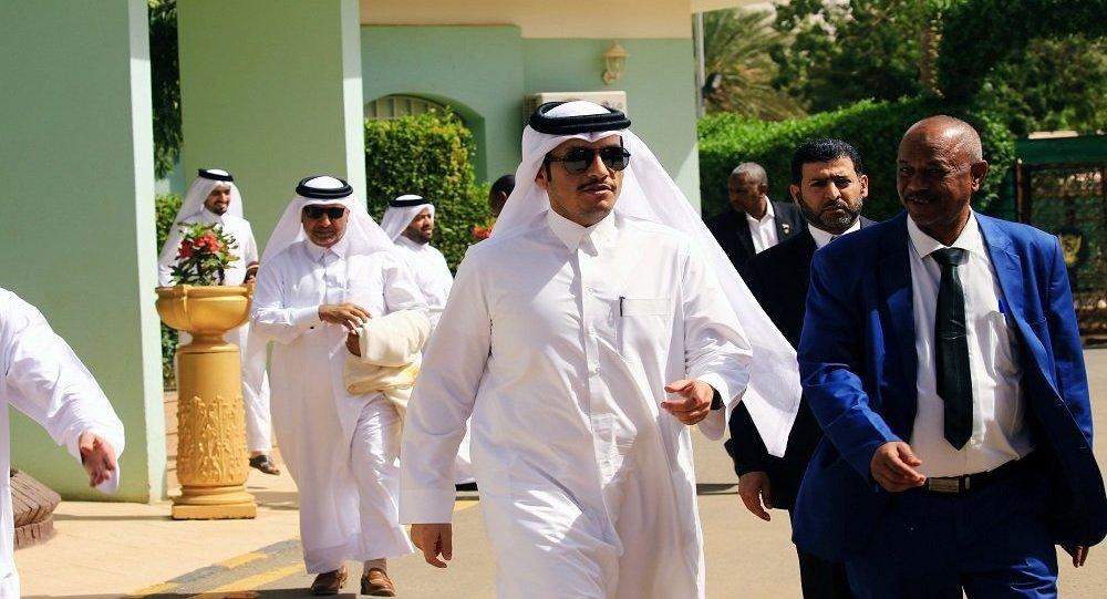 وزير الخارجية القطري أثناء زيارته السودان