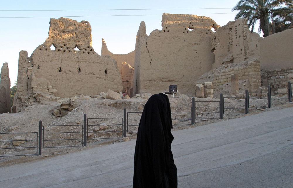 امرأة سعودية تسير في مدينة الدرعية ، شمال الرياض ، 6 يناير / كانون الثاني 2006. تأسست أول دولة سعودية في عام 1744 م (1157 هـ) عندما استقر الشيخ محمد بن عبد الوهاب في الدرعية. واستمرت هذه الدولة لمدة خمسة وسبعين عاما.