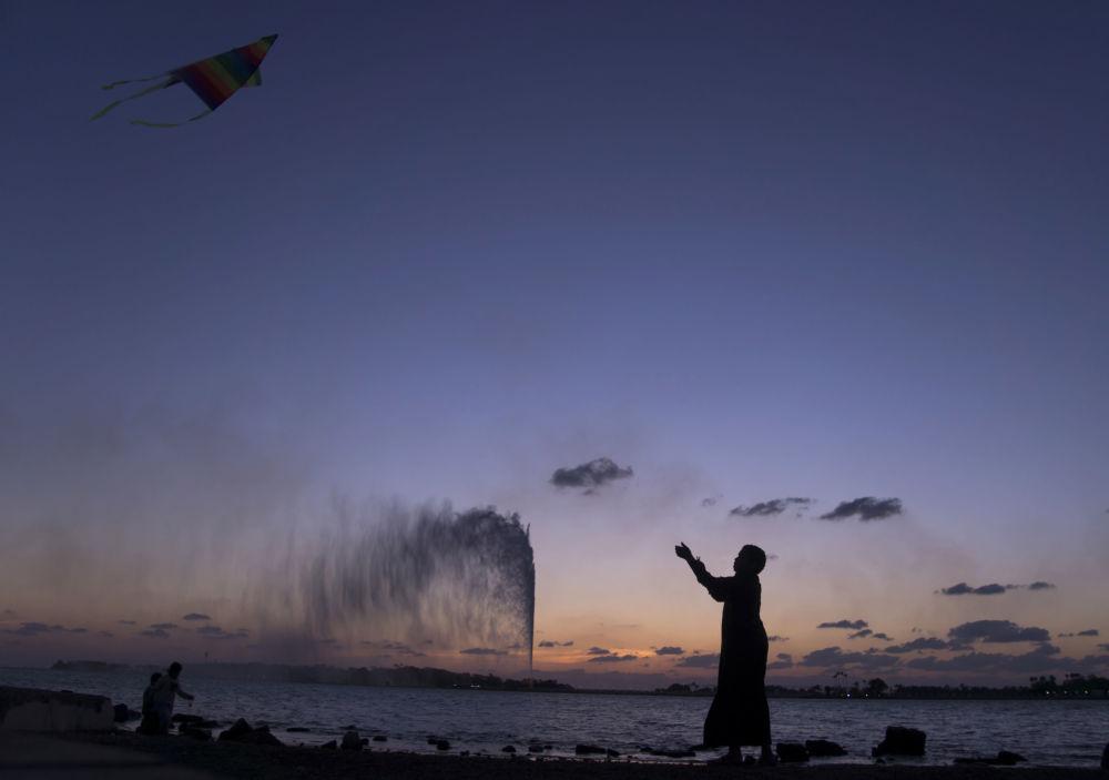 صبي يطلق طبقا ورقيا على شاطئ البحر الأحمر في جدة، السعودية 20 فبراير، شباط 2017